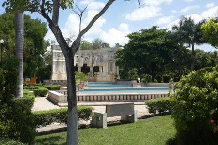 Posan sin ropa, a plena luz del día, en el parque de Las Américas en Mérida