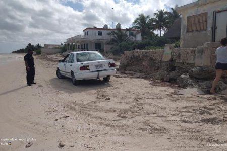 Multan a vehículo por estacionarse en zona de anidación de tortugas