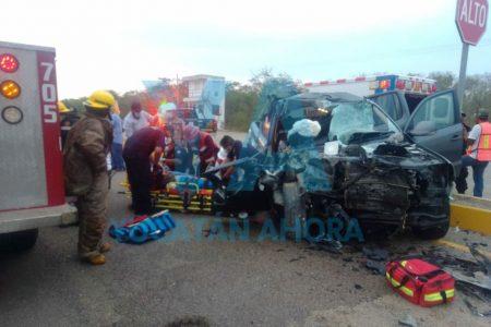 Fuerte choque entre volquete y camioneta deja una prensada; el causante huye