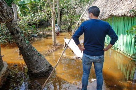 Diego Ávila hace una pausa a sus caminatas para apoyar a una comunidad inundada de Tekax