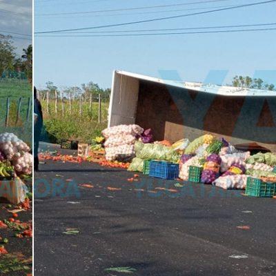 Vuelca un camión cargado con toneladas de frutas y verduras