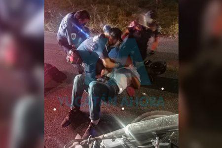 Derrapa pareja en moto: un lesionado