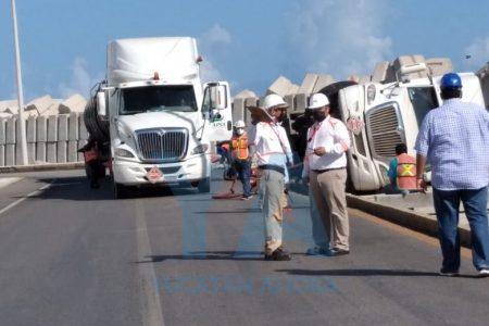Vuelca en el muelle fiscal de Progreso pipa cargada con miles de litros de turbosina