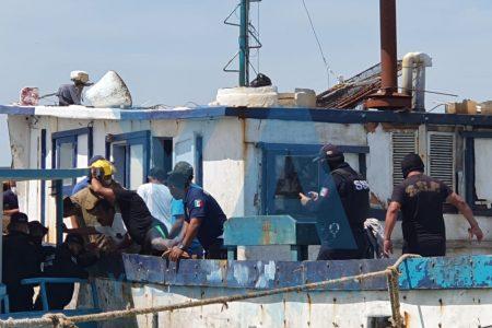 El remedio salió peor: se incendia barco en reparación en Yucalpetén