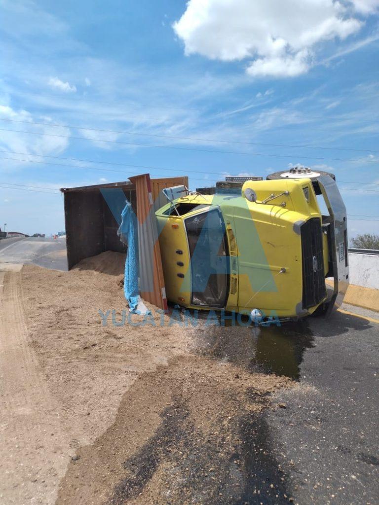 Vuelca un camión cargado con una tonelada de escombro, en la vía Mérida-Motul