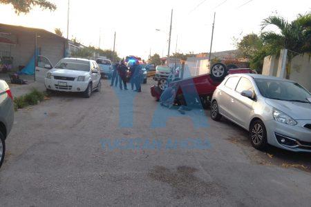 Atrabancado conductor arrasa con los vehículos estacionados en una calle de Juan Pablo II