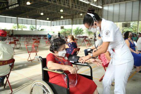 Ordenada vacunación de adultos mayores en Mérida
