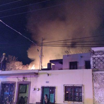 Incendio de grandes dimensiones en céntrica carpintería de Mérida