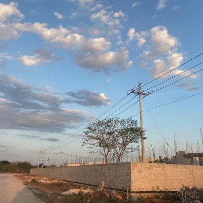 Constructora instala poste en los patios traseros de las viviendas