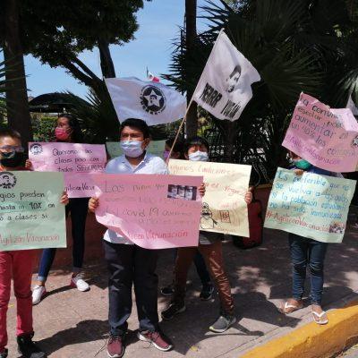 Jóvenes protestan para exigir la vacuna contra el Covid-19