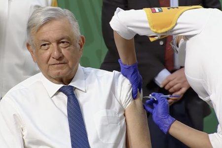 Se vacuna el presidente López Obrador: recibe su primera dosis de AstraZeneca