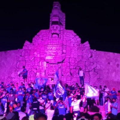 Los aficionados del Cruz Azul arman fiesta en el Monumento a la Patria
