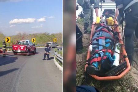 Extranjeros en moto chocan contra muro de contención y caen a hondonada