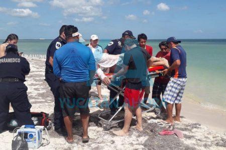Rescatan inconsciente a un hombre que comenzó a ahogarse en Chicxulub Puerto