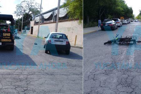 Jóvenes en moto acaban lesionados tras volarse un alto y chocar un auto