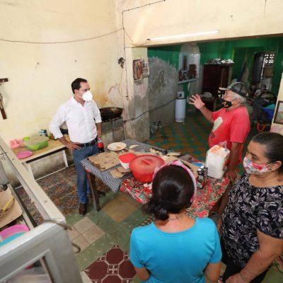 Mauricio Vila Dosal visita dos pequeños negocios familiares de Kanasín