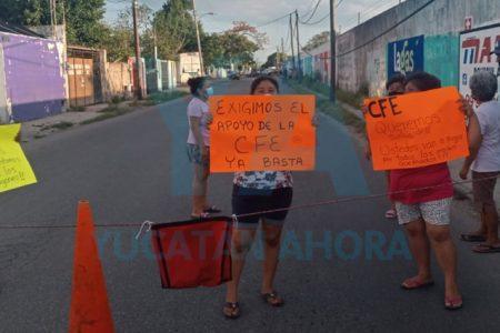 Hartos por sufrir apagones constantes, vecinos cierran calles en la Mercedes Barrera