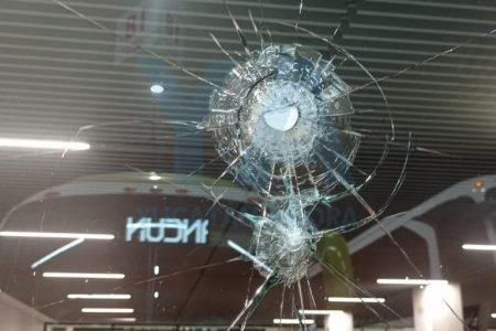De un botellazo, sujeto ebrio rompe un paño de cristal en la terminal del ADO