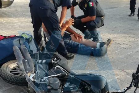 No vio un alto y arrolló una moto con dos trabajadores, en Altabrisa