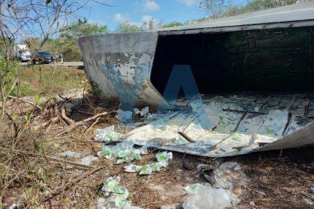 'Regalo' de 10 de Mayo: rapiñan paquetes de Maseca de un tráiler volcado en la Mérida-Cancún