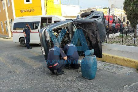 Encontronazo en el centro de Mérida: chocan un taxi colectivo y un auto particular