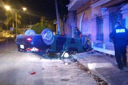 Vuelca y abandona su auto, en la Francisco Villa Poniente