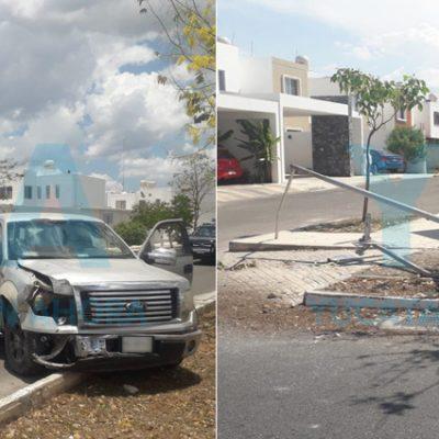 Pierde el control de su camioneta y derriba un árbol, un poste y un señalamiento