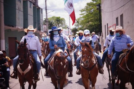 Cabalgantes de todo Tizimín llegan a respaldar el proyecto de Pedro Couoh