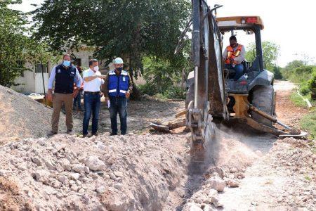 El alcalde Alejandro Ruz supervisa la ampliación de red de agua potable en Dzununcán