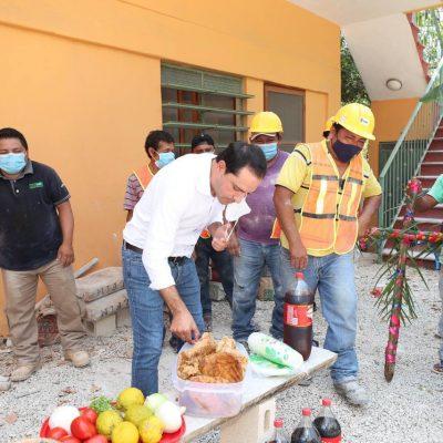 Con chicharra y refrescos, Mauricio Vila celebra con albañiles el día de la Santa Cruz en Valladolid