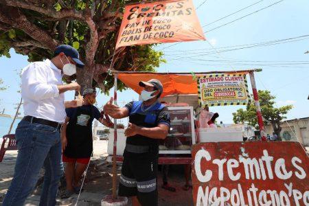 El Gobernador Mauricio Vila disfruta de una rica cremita de coco en Progreso