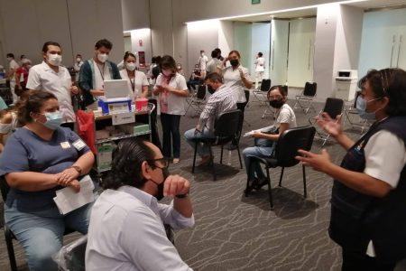 Buena participación, en primera jornada de vacunación para personal de salud