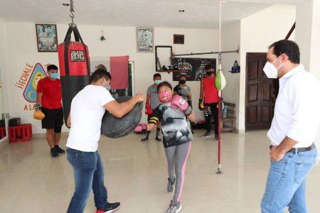Mauricio Vila visita gimnasio de box del ex campeón mundial Gilberto Keb Baas