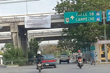 Aparecen mantas de rechazo a Carlos Moreno en puentes de Kanasín