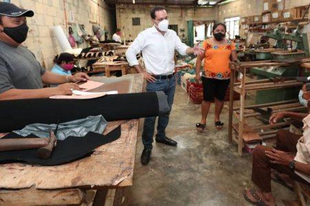 Mauricio Vila visita una pequeña fábrica de zapatos en Ticul