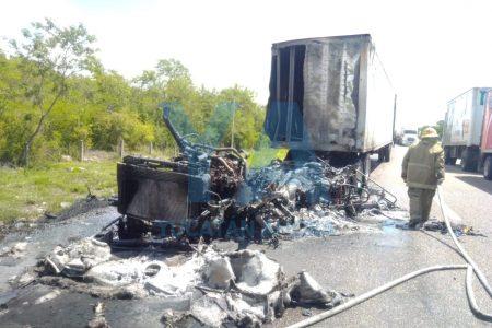 Chocan dos tráileres en la Mérida-Campeche, se incendia uno