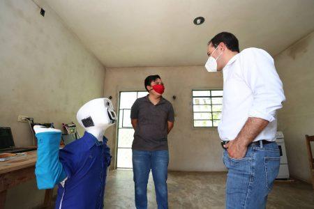 Mauricio Vila visita a joven de Acanceh que inventó robot que habla maya y previene Covid-19