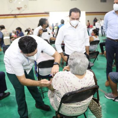 Comienzan a aplicar segundas dosis de la vacuna contra Covid-19 a los adultos mayores de Mérida