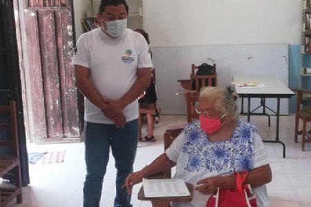 A sus 71 años, abuelita yucateca concluye sus estudios de primaria