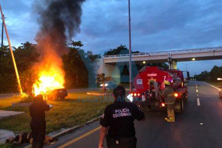 Chocan y se incendia su auto en la carretera Mérida-Progreso: tres amigas lesionadas
