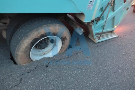 Se hunde el pavimento en Ciudad Caucel: camión queda atorado