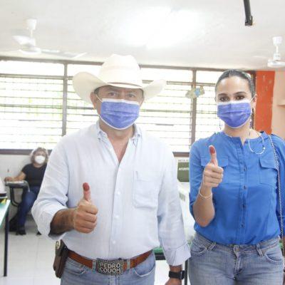 Pedro Couoh emite su voto en la casilla instalada en la primaria Abelardo Conde