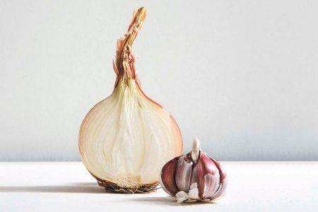 Estudiantes investigan efectividad de aceites esenciales de cebolla morada y ajo para reforzar el sistema inmunológico