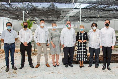 Embajadora de Finlandia visita la Biofábrica del CICY