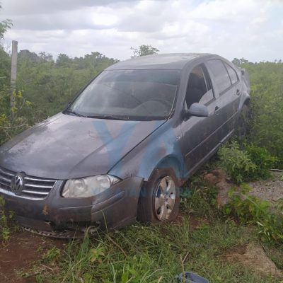 Joven conductor pierde el control y derriba el alambrado de un rancho