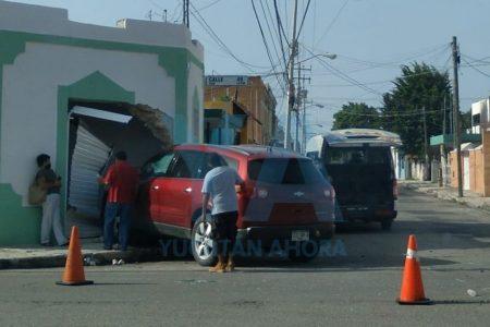 Choca con un taxi y se mete a una casa, en el centro de Mérida