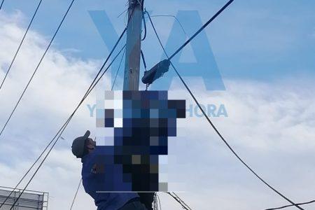 Empleado de una compañía de cable se electrocuta en un poste de CFE