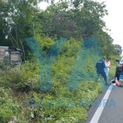 Vuelcan turistas de Hidalgo en la carretera Mérida-Celestún