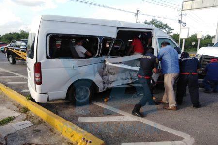 Choca camioneta de transporte turístico en la Mérida-Cancún: cinco colombianos lesionados