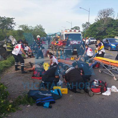 Chocan un taxi de Dzununcán y un tráiler en el Periférico: seis muertos
